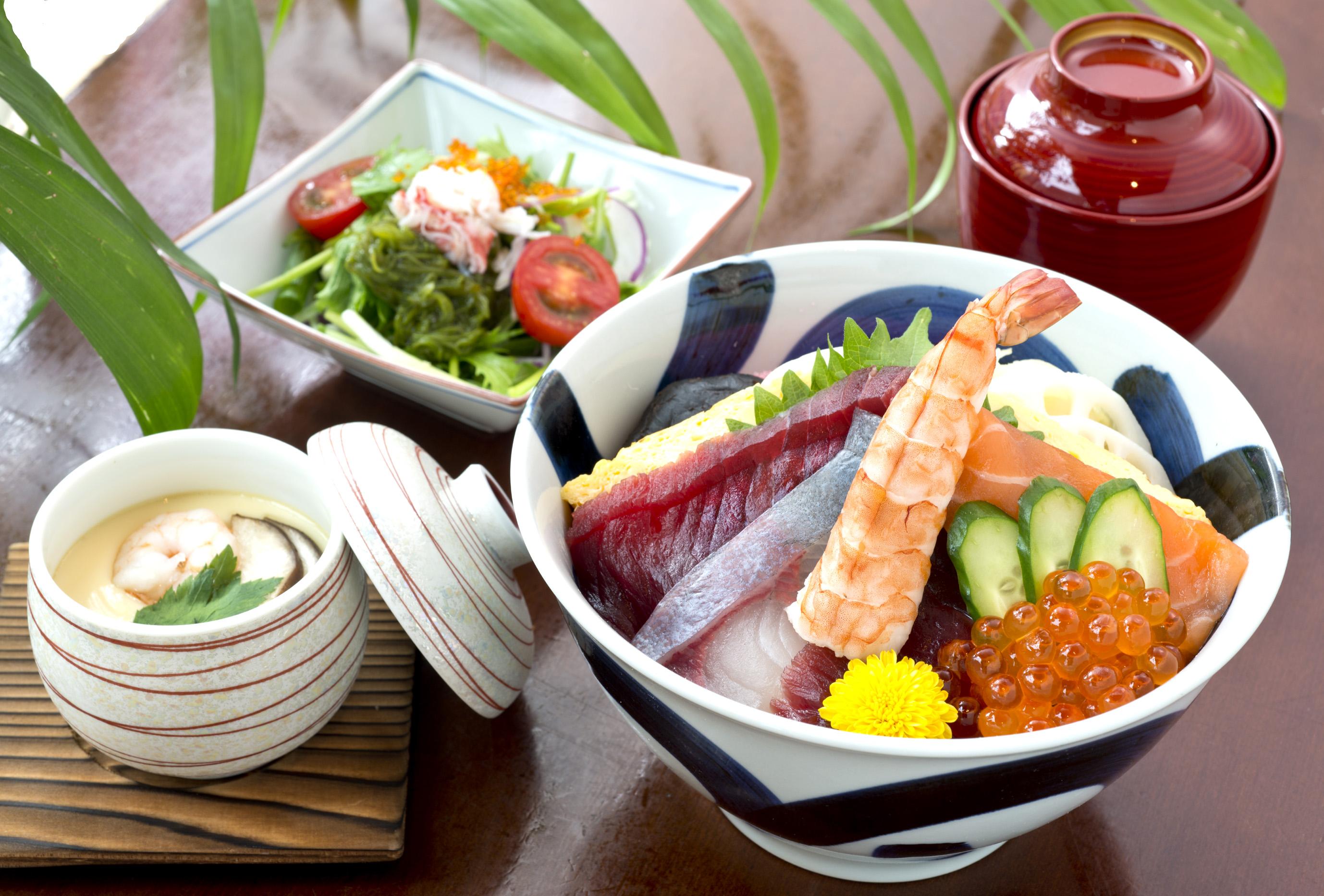 お昼のちらし(お椀・茶碗蒸・サラダ付)